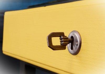 Bureau jaune et gris